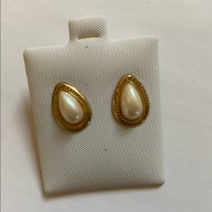 Costume pearl drop earrings